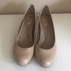 Giani Bernini nude round toe patent platform heels
